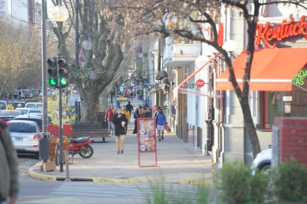 San Isidro ya habilitó bares al aire libre pero en nuestra ciudad aún aguardan con cautela