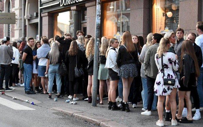 """La controvertida propuesta de dos epidemiólogos europeos contra el COVID-19: """"Que los jóvenes se contagien"""""""