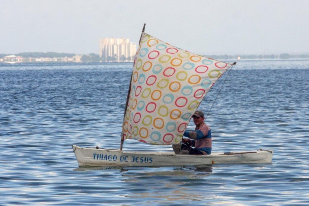 Pesca a vela y taxis a pedal en la región petrolera de Venezuela seca de gasolina