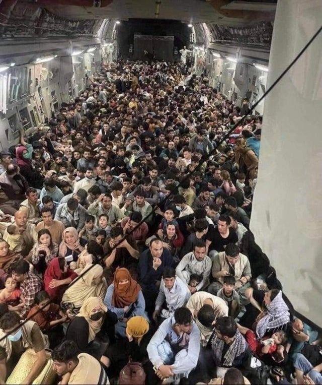 La foto que impresiona al mundo: el interior del avión despegando de Afganistán
