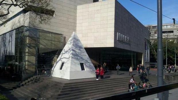 Por una intervención óptica el Obelisco quedó sin punta