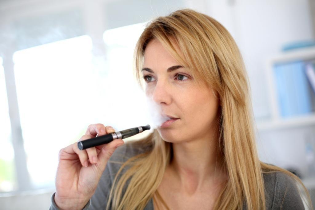 El cigarrillo electrónico también afecta a los que están alrededor