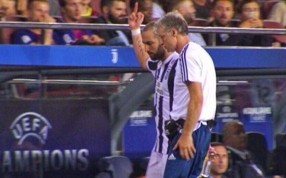 Polémico gesto de Higuaín a los hinchas de Barcelona