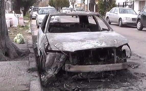 Video: quemacoches incendiaron un auto de alta gama en La Loma