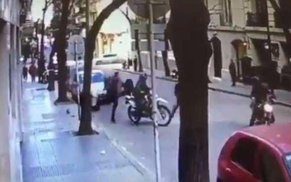 Video: Así motochorros le sustrajeron 600  mil pesos a una pareja de empresarios en Recoleta