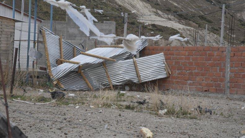Un temporal de viento causó destrozos y voladuras de techos en Comodoro Rivadavia