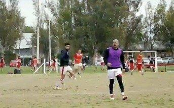 Fútbol con los Juveniles: Verón hace escuela y de paso, se mantiene en forma