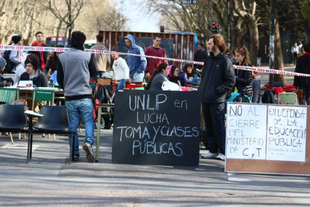 La UNLP, sacudida por las tomas y clases públicas