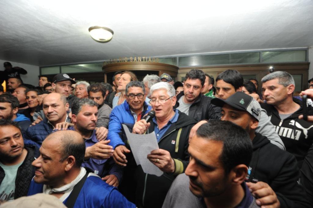Tensión, rumores y cánticos cargados de amenazas frente al despacho oficial