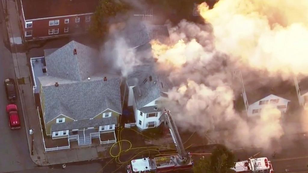 Fuego y pánico por una cadena de incendios en Massachusetts tras explosión en la red de gas