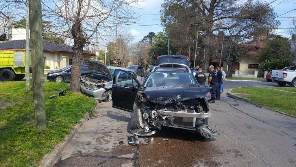 Una mujer quedó atrapada en un auto tras choque en City Bell