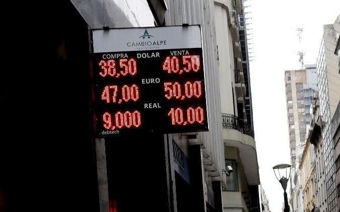 El dólar fue un sube y baja: aumentó 40 centavos, retrocedió 50 pero cerró arriba de los $40