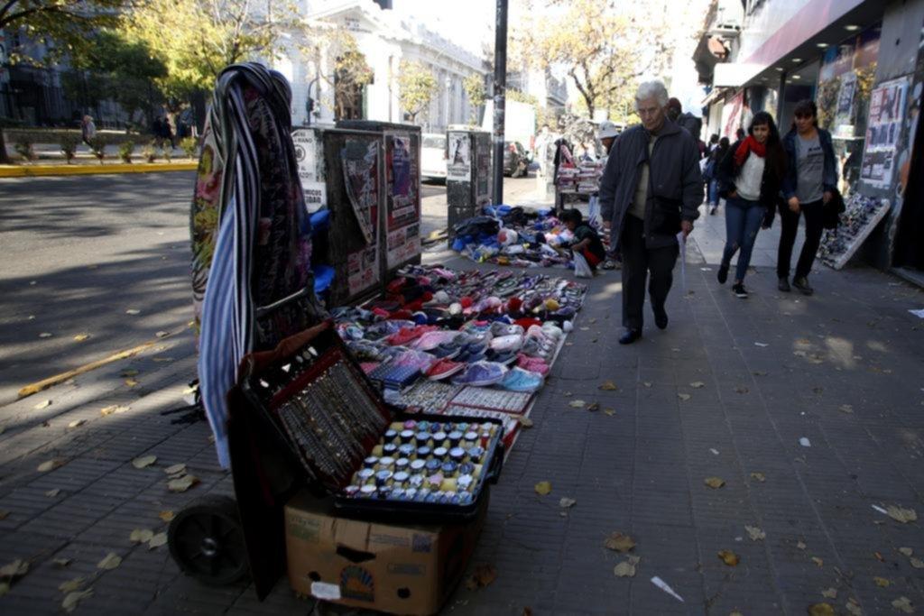 La venta ambulante pegó otro salto del 11% y el rubro más ofrecido es la indumentaria