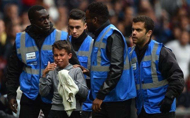 Neymar, ovacionado tras proteger a niño que burló la seguridad