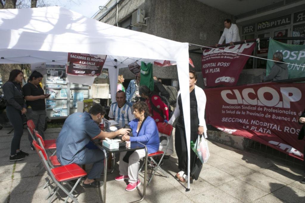 Médicos del hospital Rossi reclamaron con atención a los pacientes en la calle