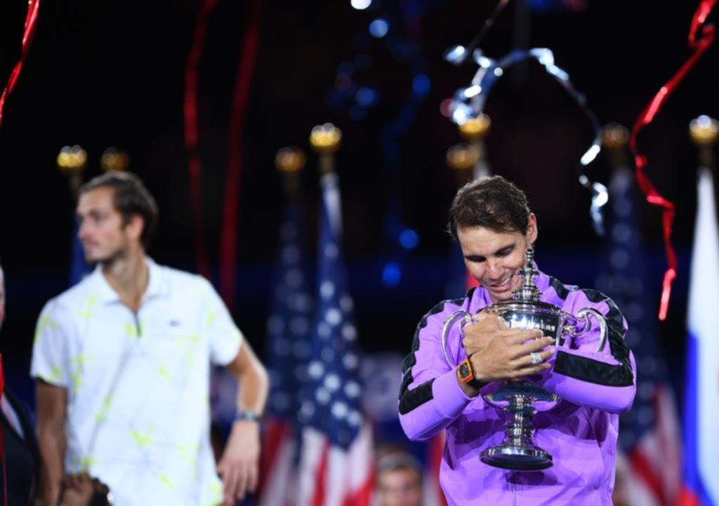 Rafael Nadal se agiganta y abraza a su eterna leyenda