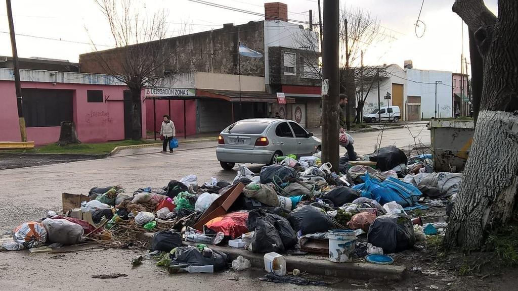 Montaña de basura frente a una delegación comunal