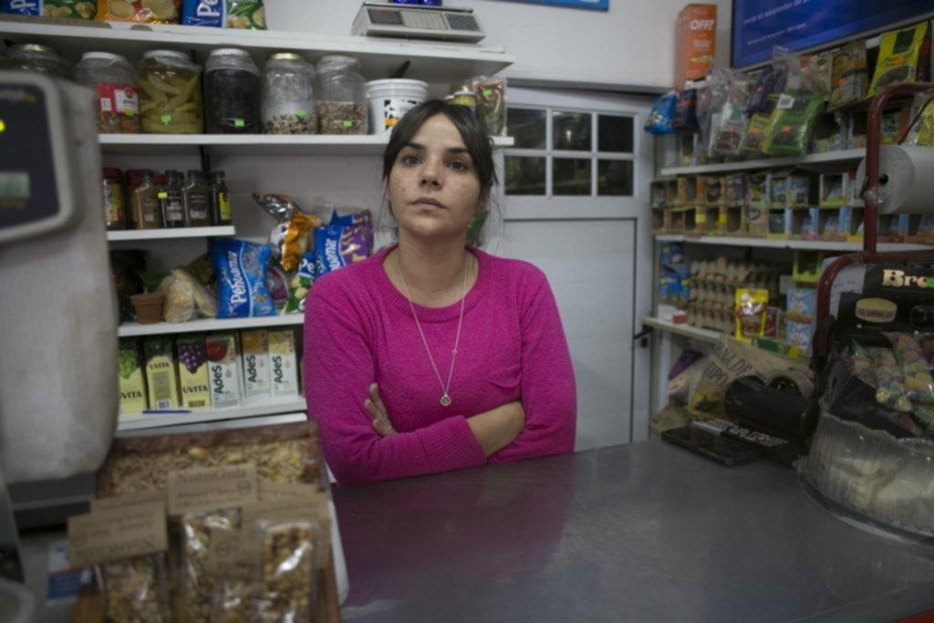 La propietaria de un almacén tomaba mate con su prima y dos ladrones las asaltaron
