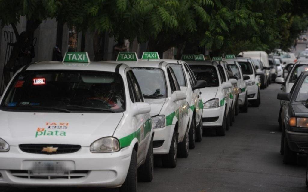 """Los taxistas piden una """"urgente"""" suba de tarifa: la bajada pasaría a costar 40 pesos"""