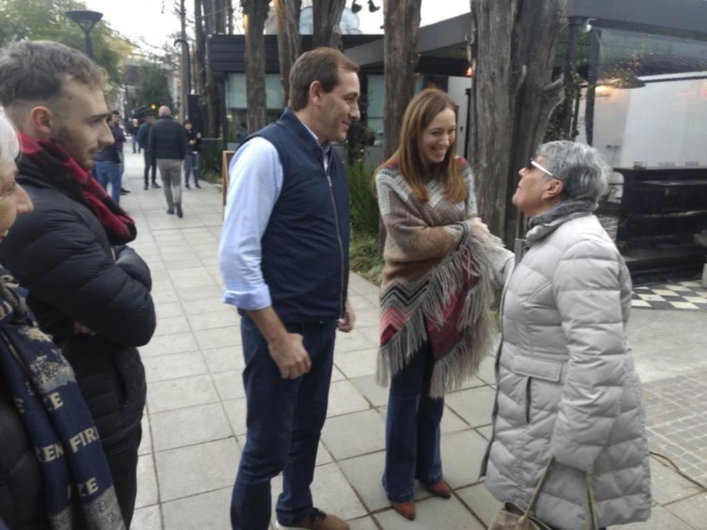 Vidal y Garro, de caminata por City Bell en plena campaña