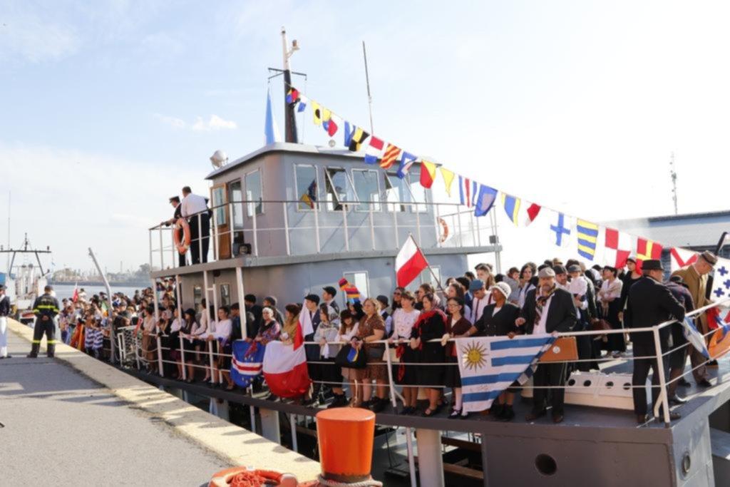 El puerto a pura emoción con la histórica recreación del desembarco de inmigrantes