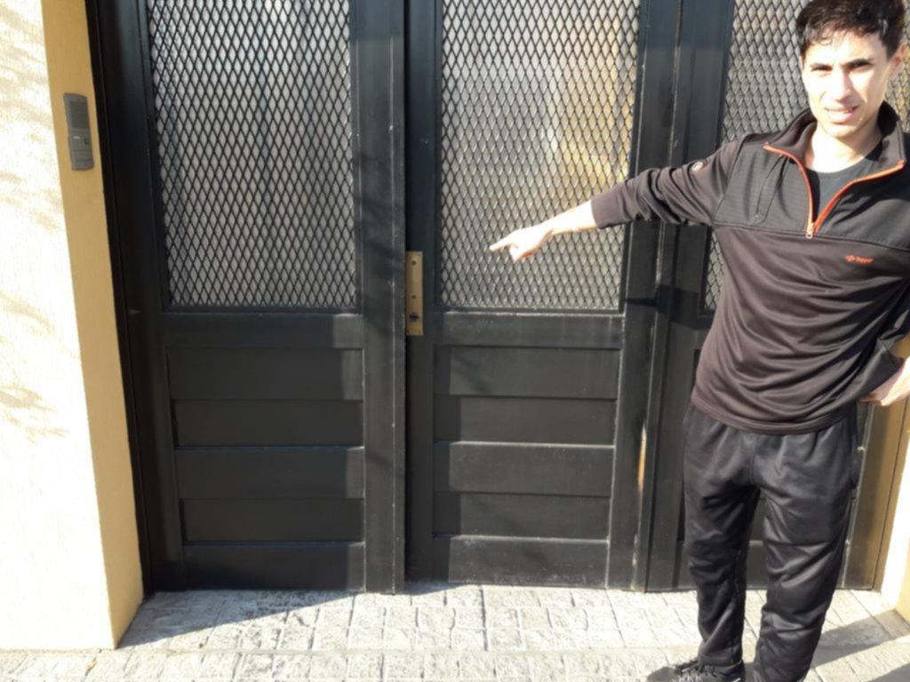 En Ringuelet, un grupo de chicos dejó puertas de calle sin picaporte