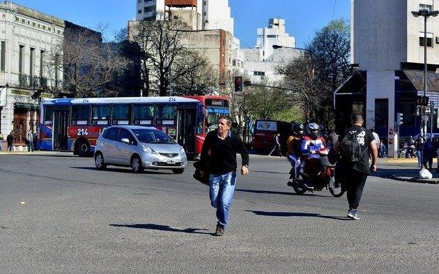 Peatones infractores: 8 de cada 10 cruza en rojo los semáforos siempre que no se acerquen autos