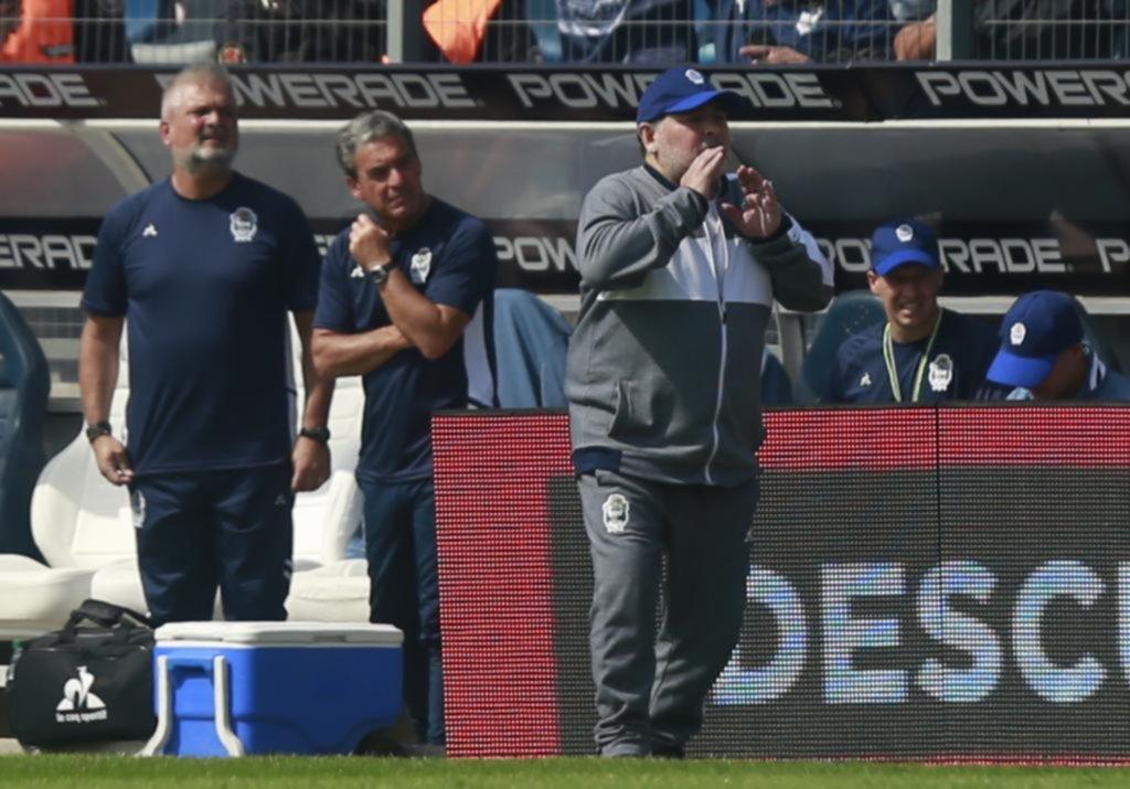 El enorme cariño a Maradona hizo bajar el volumen de otra decepción de los hinchas