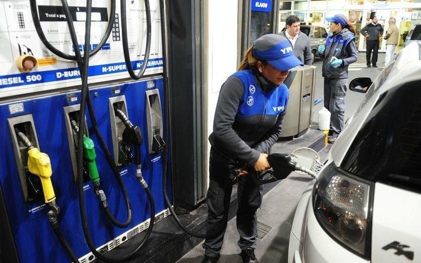 """Piden que aumenten los combustibles y que """"por el dólar habría que subir $10por litro la nafta súper"""""""