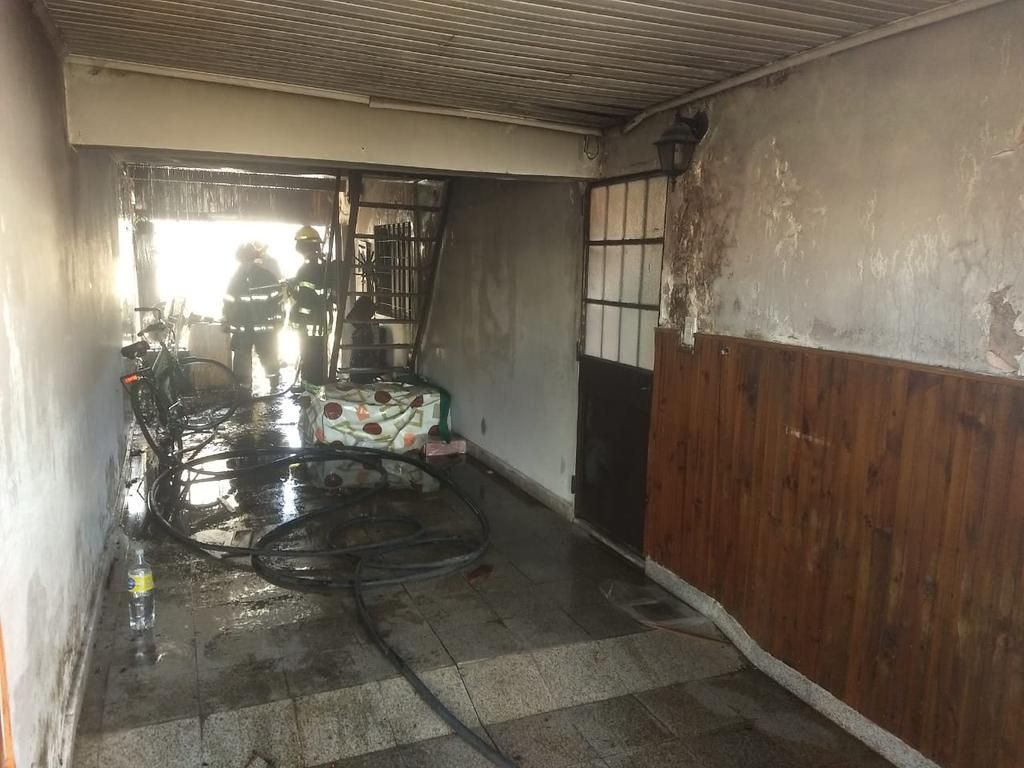 Un joven herido y un barrio convulsionado por el incendio de un chalet de dos plantas en Berisso