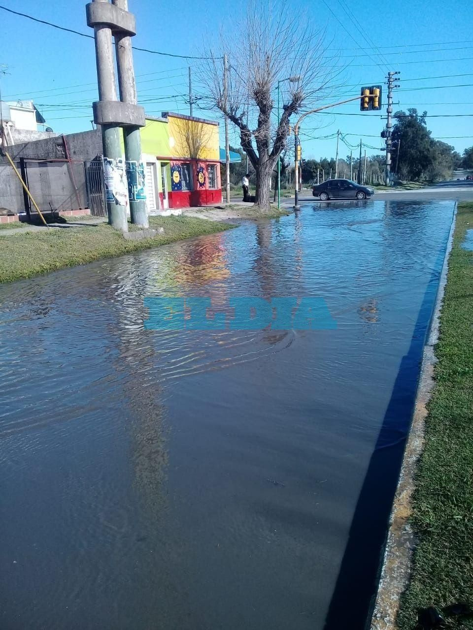 """""""Se convirtió en un río"""": así está una importante avenida de la periferia platense"""