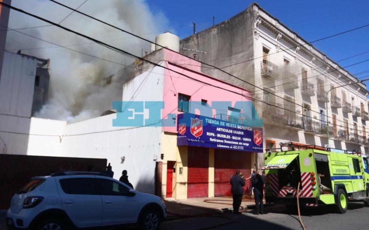 VIDEOS y FOTOS.- Tremendo incendio en 4 y 46 arrasó un depósito de ropa de una tienda benéfica