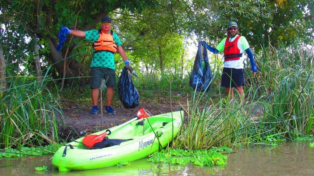 En kayak y a pie para limpiar de plástico ríos y canales locales