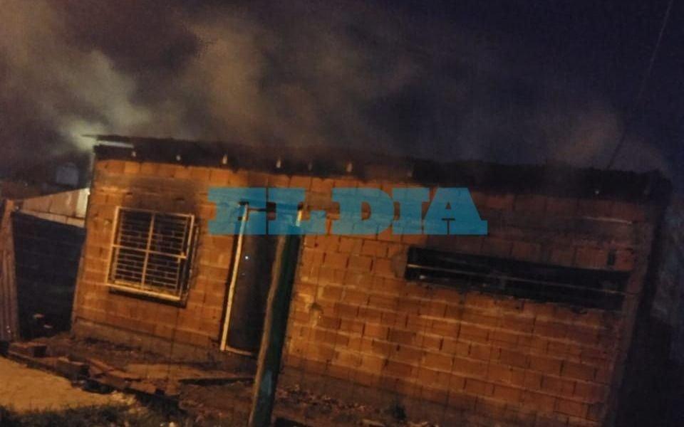 Un incendio arrasó con una casa en La Plata  y no descartan que haya sido intencional