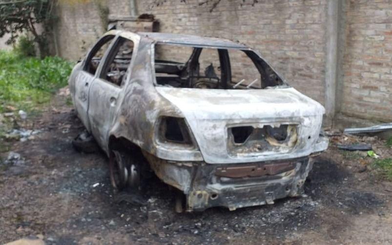 Locura en barrio Aeropuerto: tras una discusión con un vecino, prendió fuego dos autos y una casa