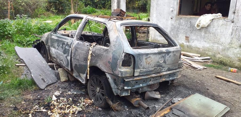Una pelea por plata derivó en un robo y el incendio de una casa y dos autos