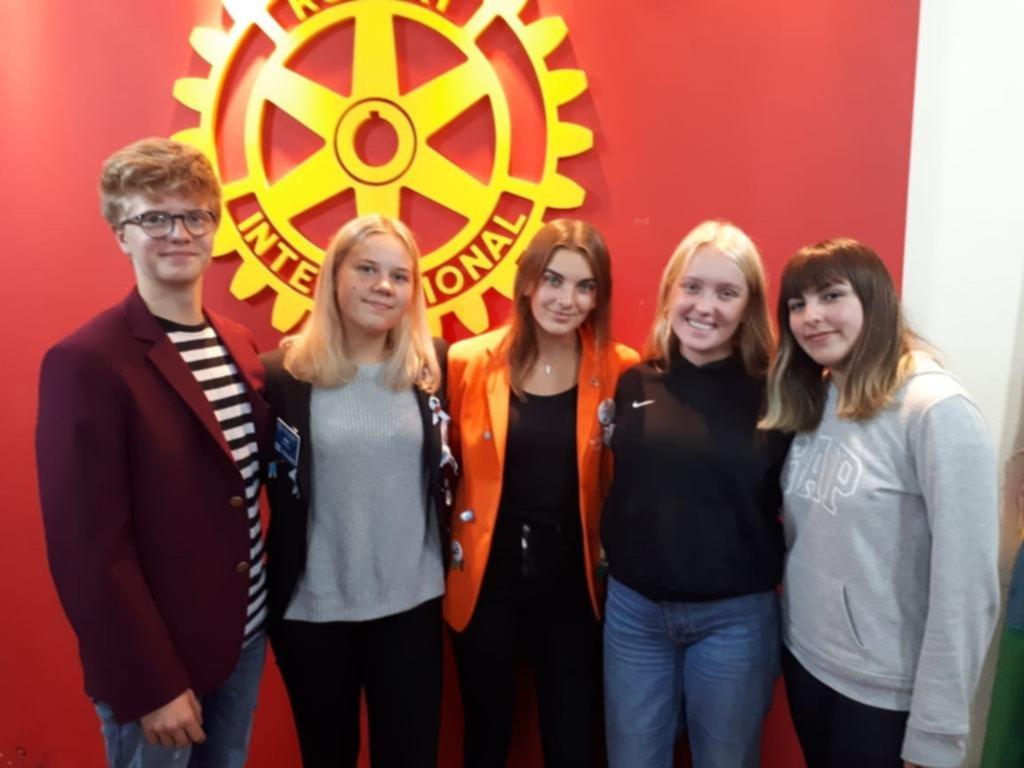 Un cálido encuentro y agasajo en el Rotary City Bell para darles la bienvenida a jóvenes de intercambio
