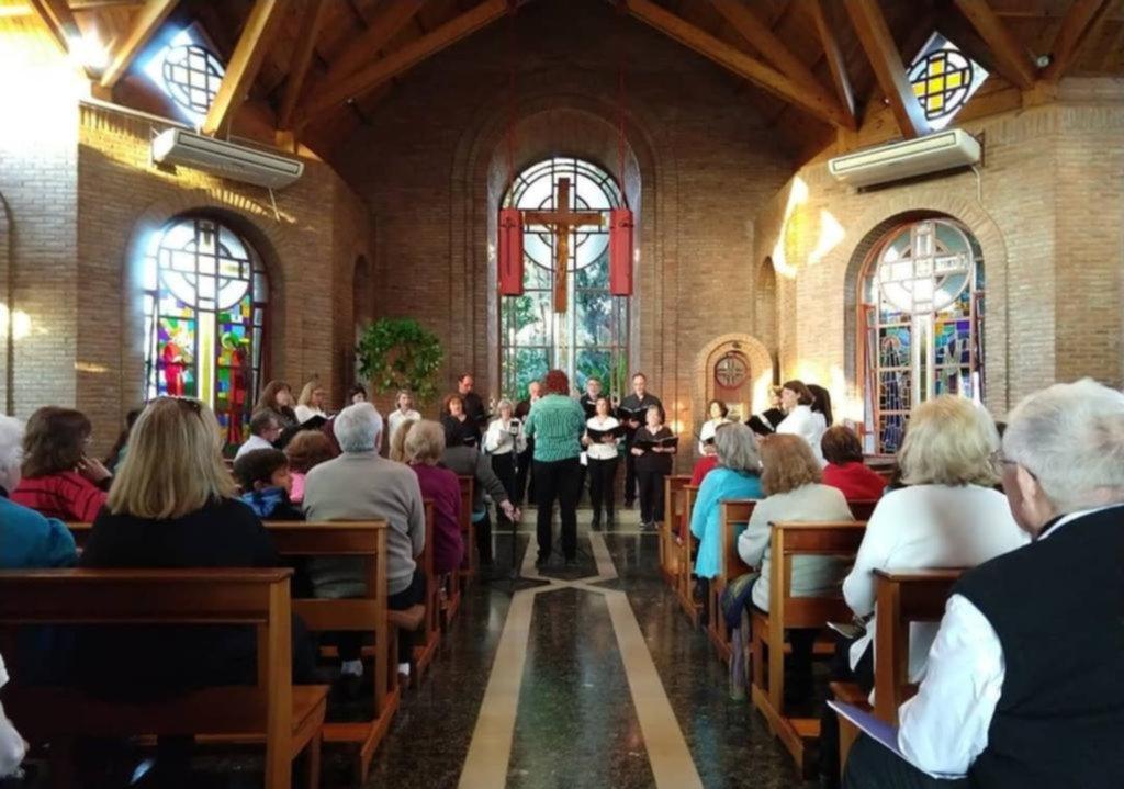 Los coros locales dieron un gran concierto en una iglesia de Villa Elisa