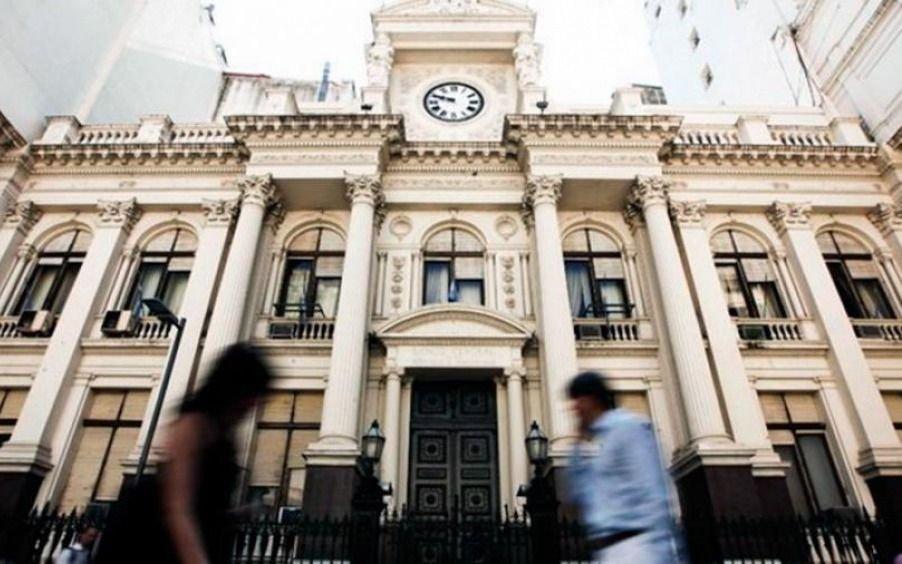 Efecto PASO: entre extracciones y giros al exterior, en agosto los depósitos privados en bancos cayeron US$ 5.900 millones