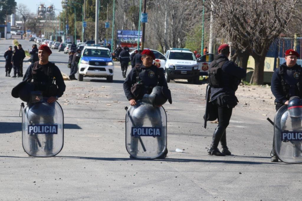 YPF reabre sus puertas, a la espera de que la Uocra ceda con los choques violentos