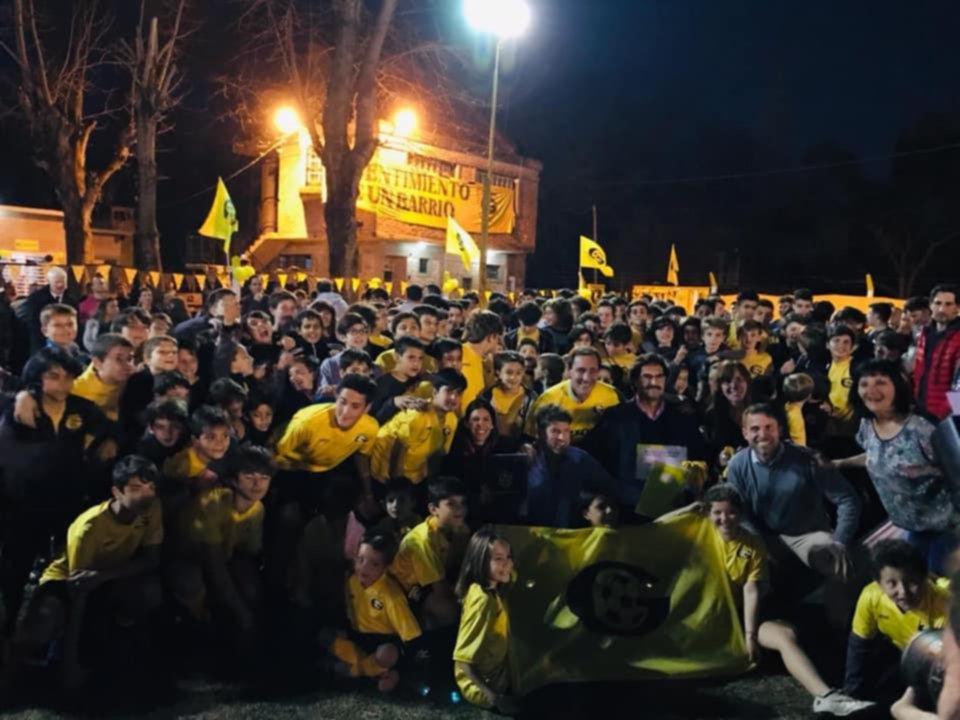 Fiesta en el amarillo de Gonnet, que se acerca más al sueño del predio propio