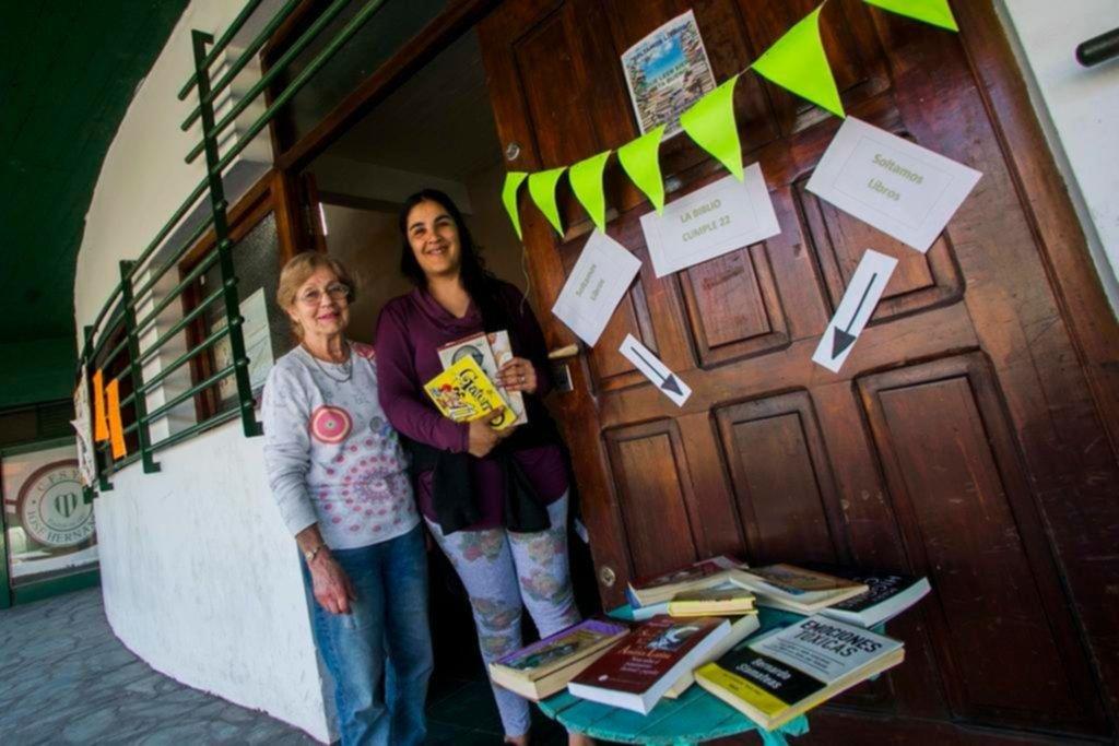 """La biblioteca de Hernández cumplió años y hubo una """"suelta de libros"""""""