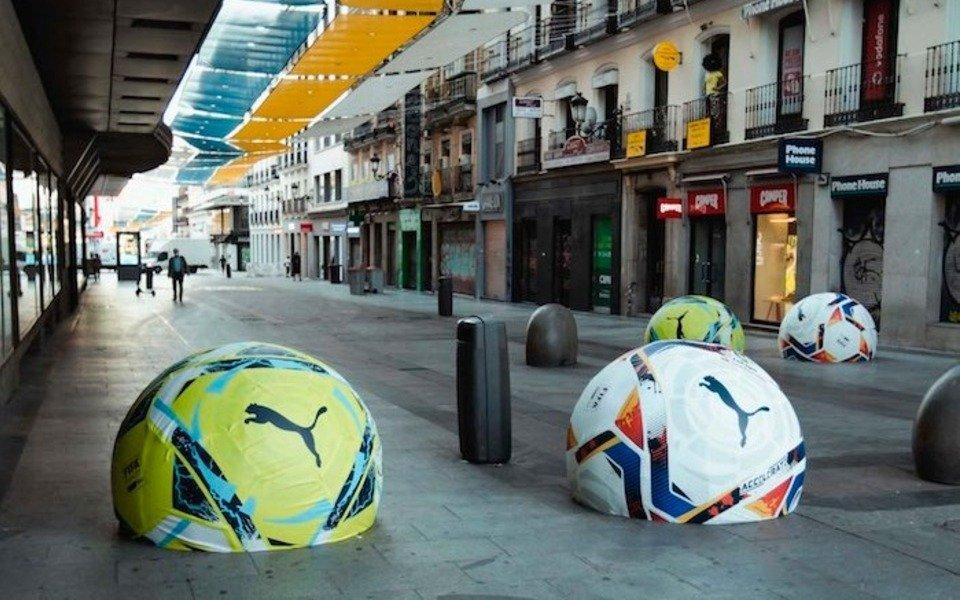 Suspenden campaña publicitaria en Madrid porque la gente pateaba pelotas de hormigón creyendo que eran de verdad