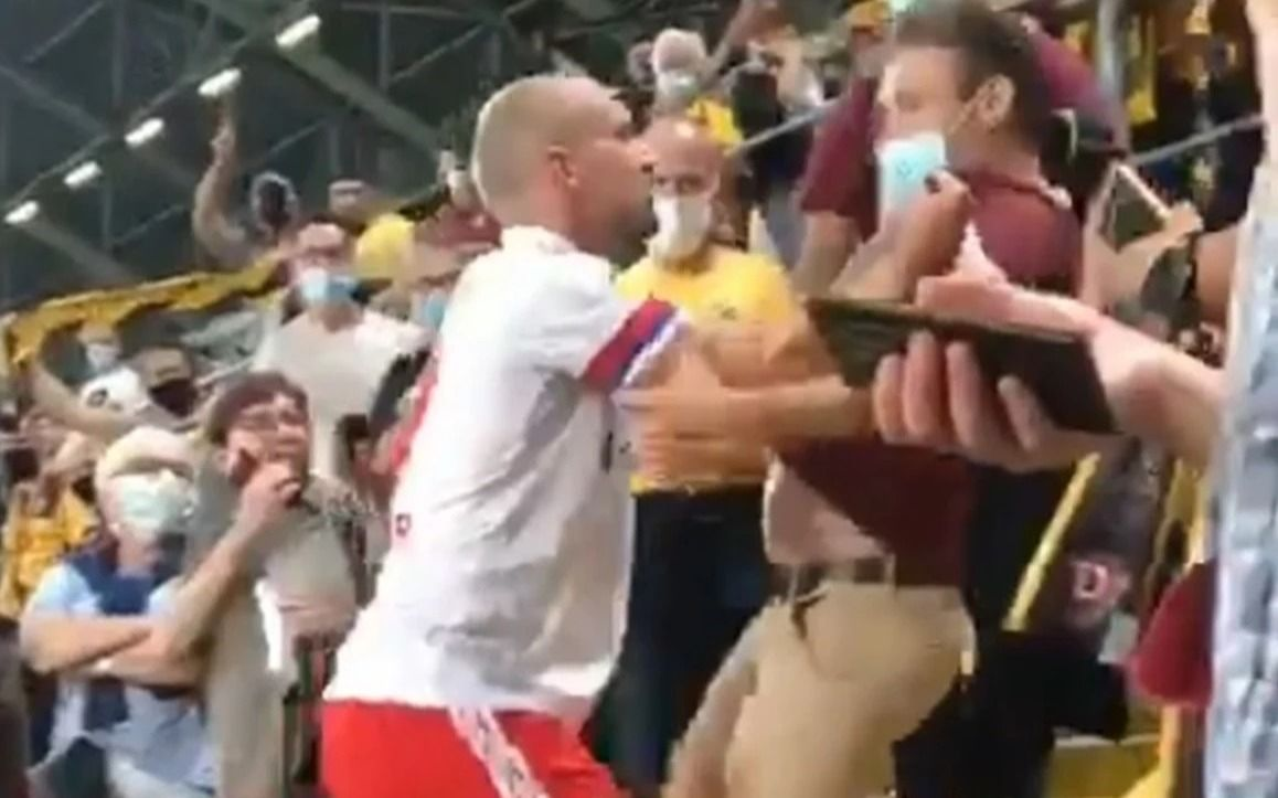 A lo Cantona: el futbolista que saltó a la tribuna para pelearse con un hincha