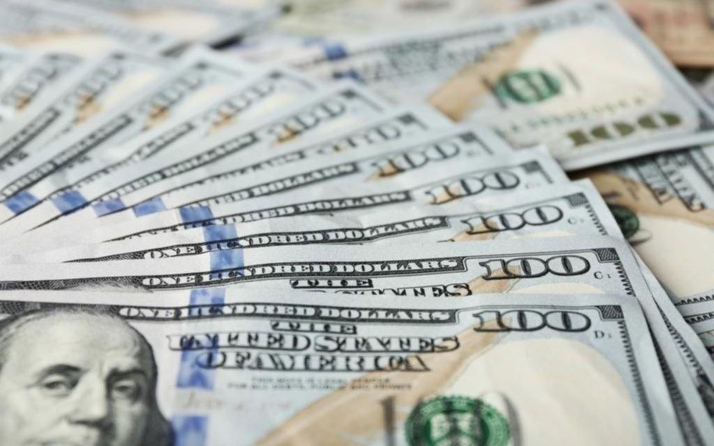 Subió el dólar oficial y blue retrocedió un peso