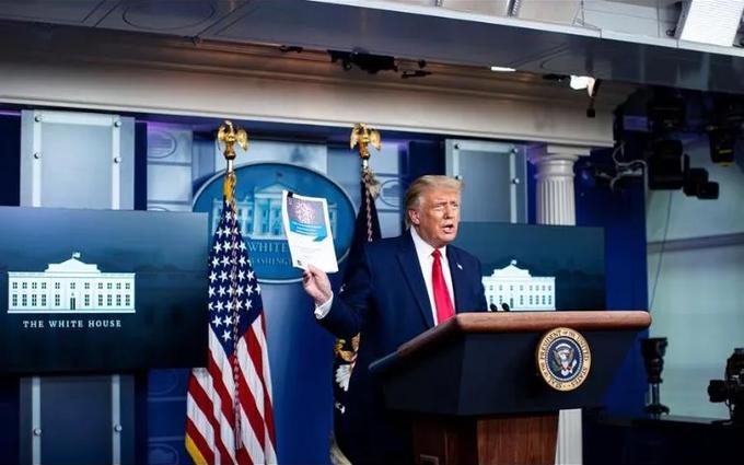 En contra de los pronósticos de científicos, Trump promete una vacuna y distribución inmediata