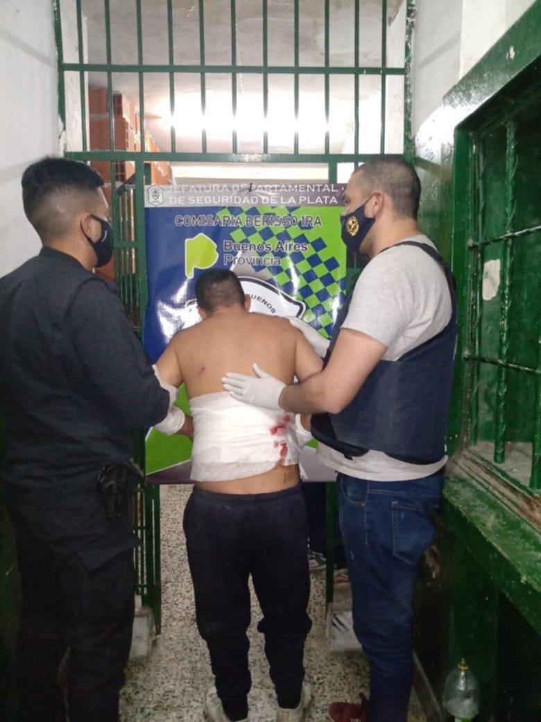 Madrugada de furia para un hombre que atacó a policías, los escupió y dijo tener VIH