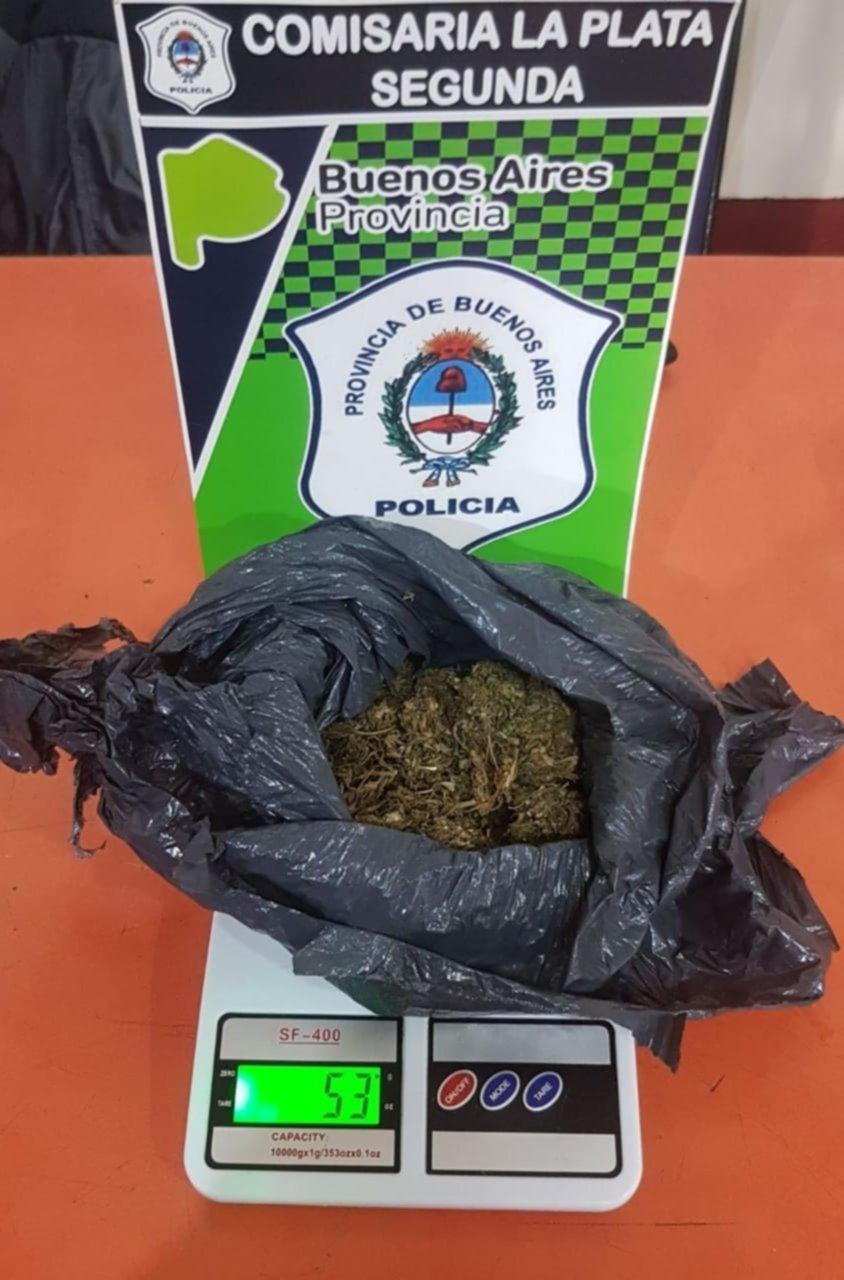 Barrio Norte: Detienen a tres personas con una bolsa con 53 gramos de marihuana