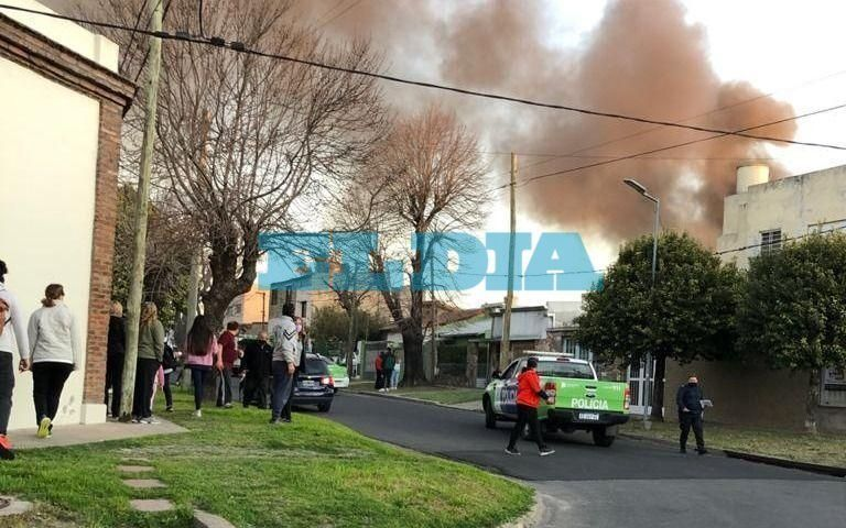 Se incendió una casa en 8 y 74: bomberos trabajaron en el lugar