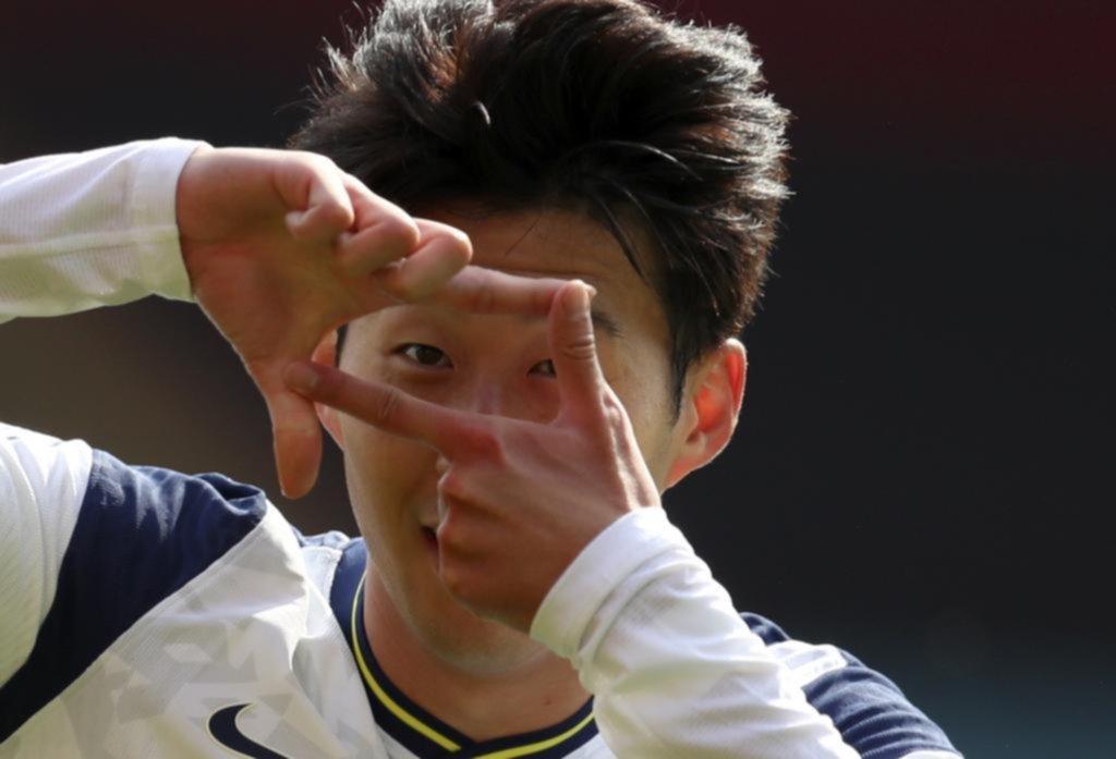 El coreano Son la rompió, hizo cuatro goles y el Tottenham de Mourinho logró el primer éxito